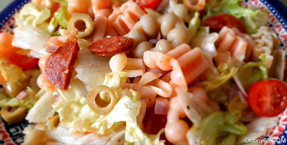 Sałatka z chorizo, oliwkami i pomidorami